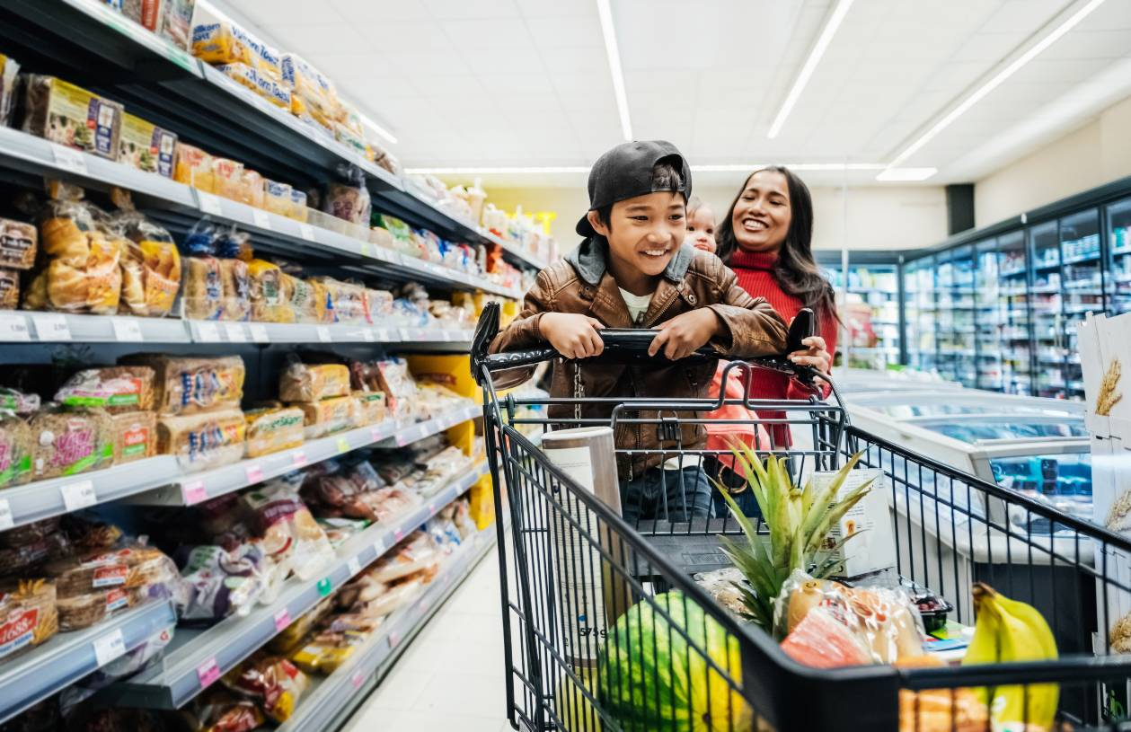A family uses credit card rewards on groceries.