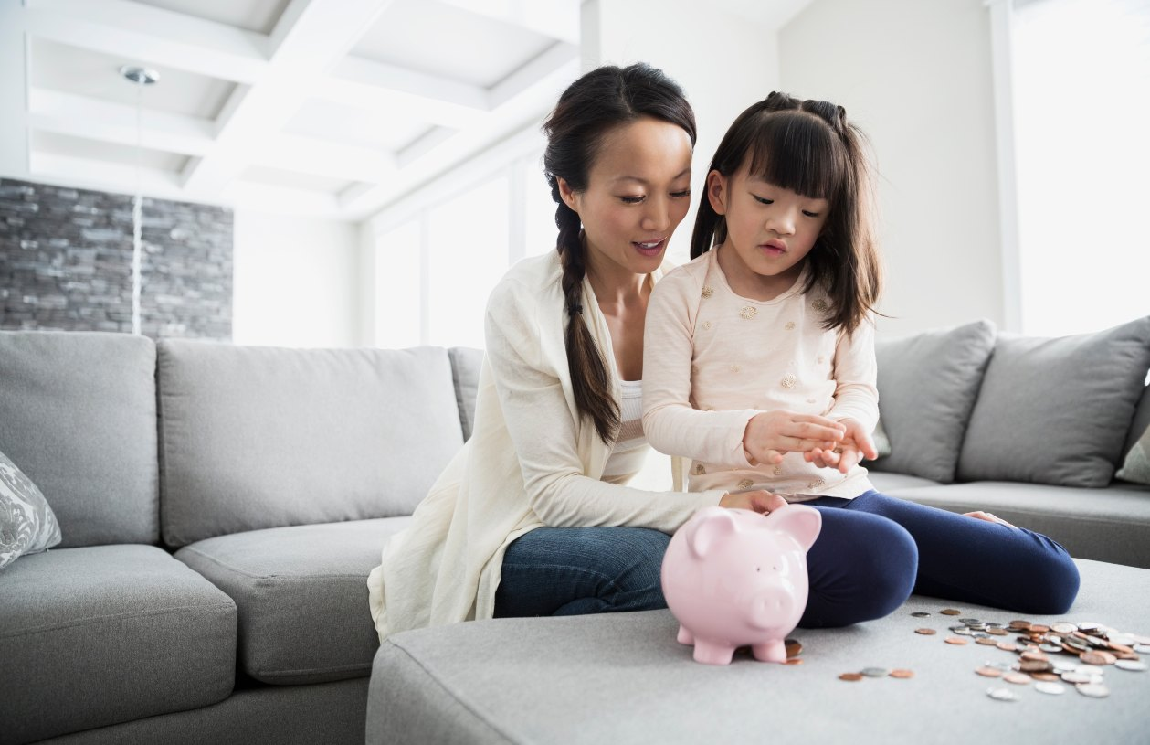 A mom teaches kids about money